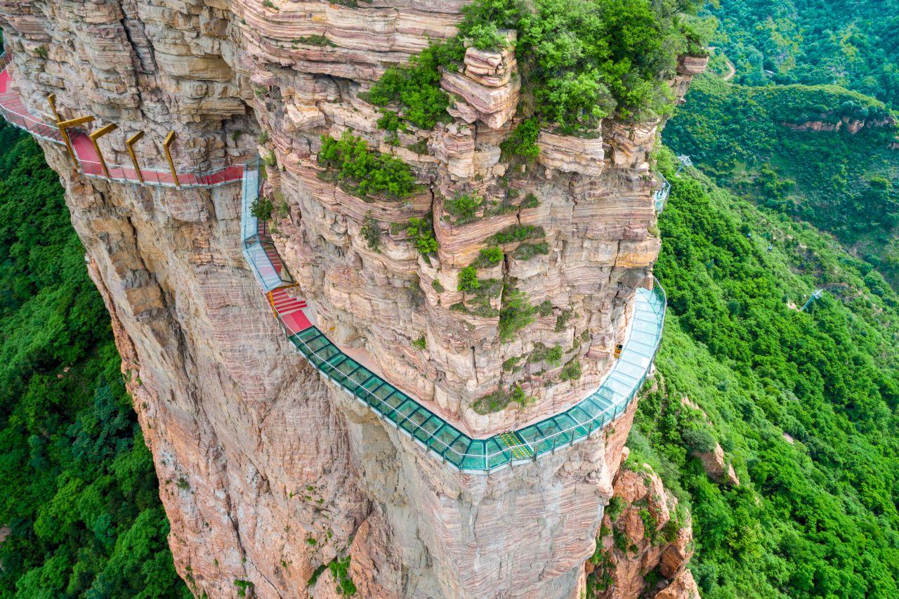 Sehenswürdigkeit skurril: Ein Schritt auf dem Yuntai-Skywalk und das Glas splittert