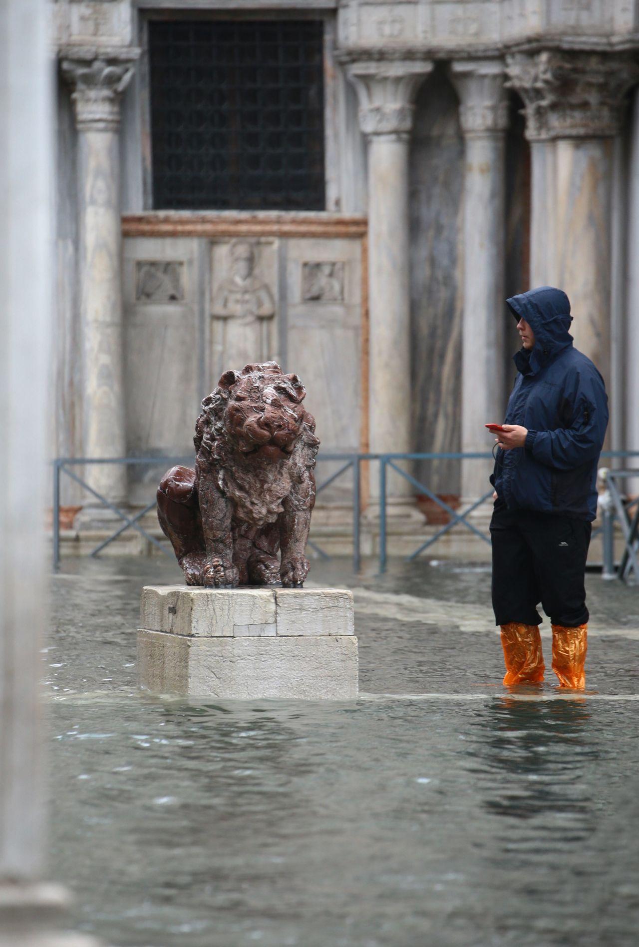 Dieser steinerne Löwe war dank seines Sockels sicher vor den Wassermassen.