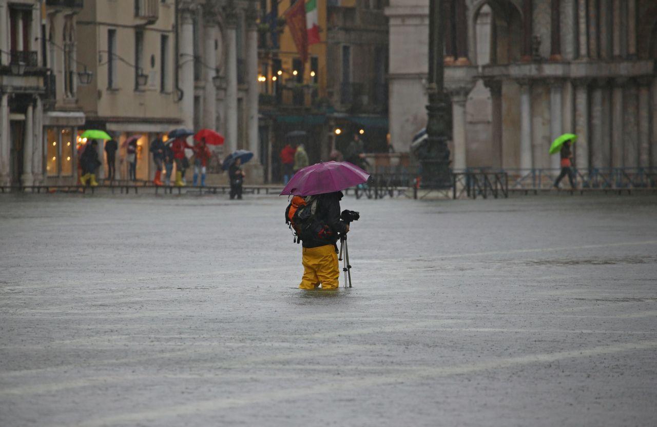 Viele Touristen ließen sich trotz des Hochwassers nicht davon abhalten, Erinnerungsfotos zu knipsen.