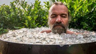Wim Hof nimmt ein Eisbad