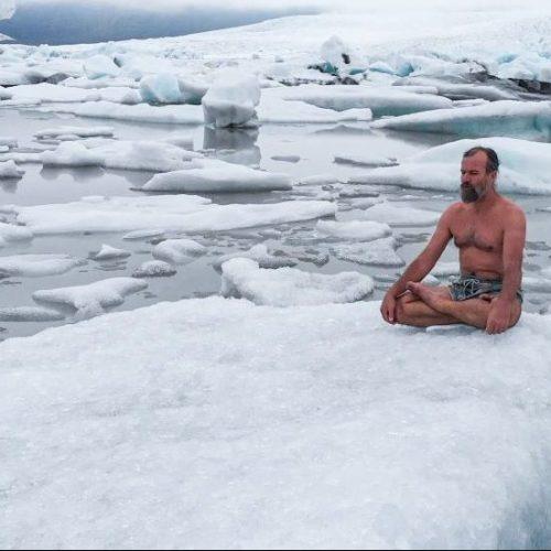Wim Hof meditiert im Schnee