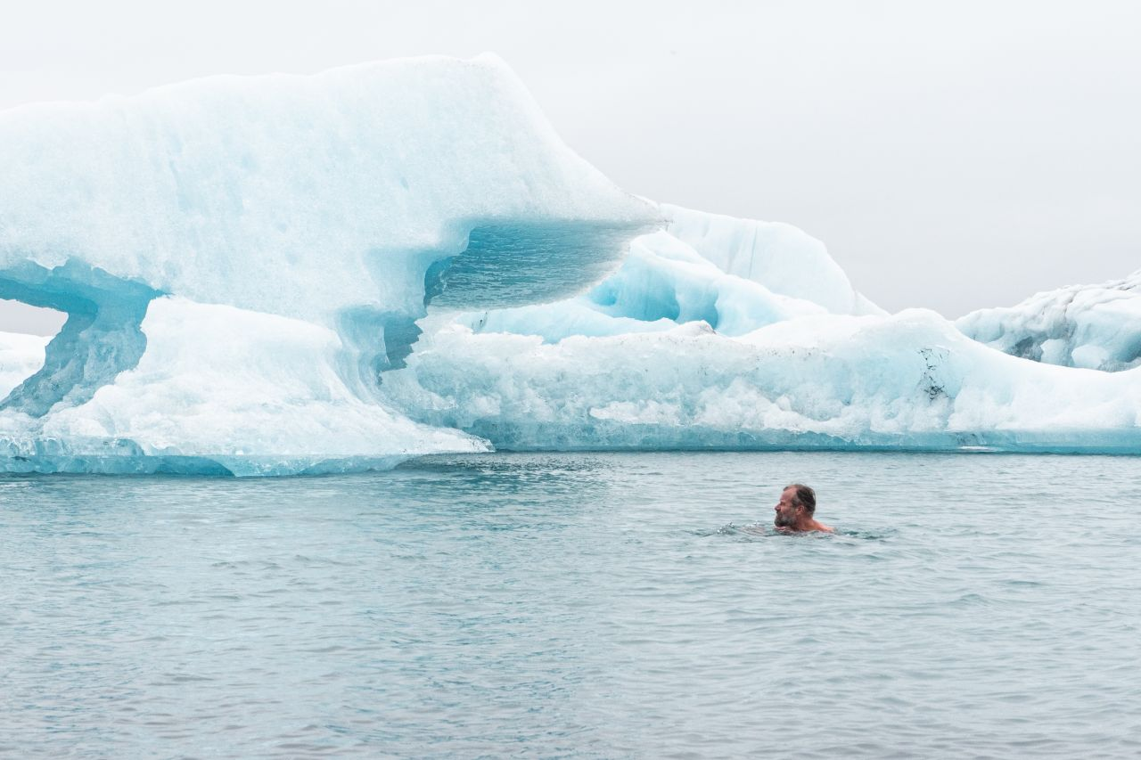 Wim Hof im kalten Wasser