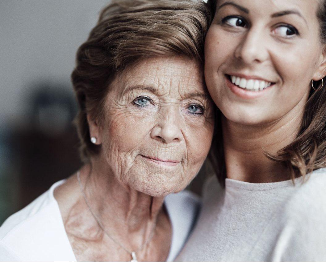 Lachfältchen und Krähenfüße: So verändert sich dein Gesicht im Alter