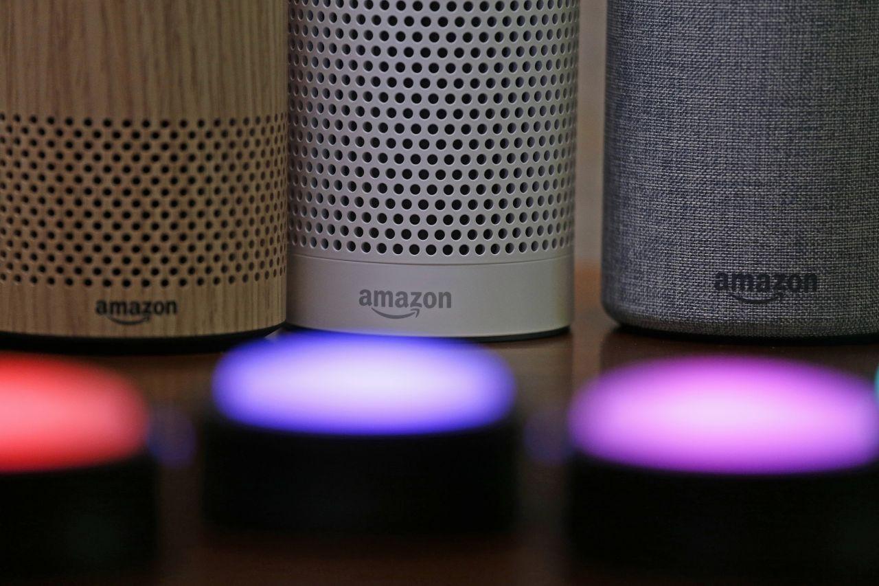 Mehrere Amazon Echos im Hintergrund. Vorne blinken die Lautsprecher.