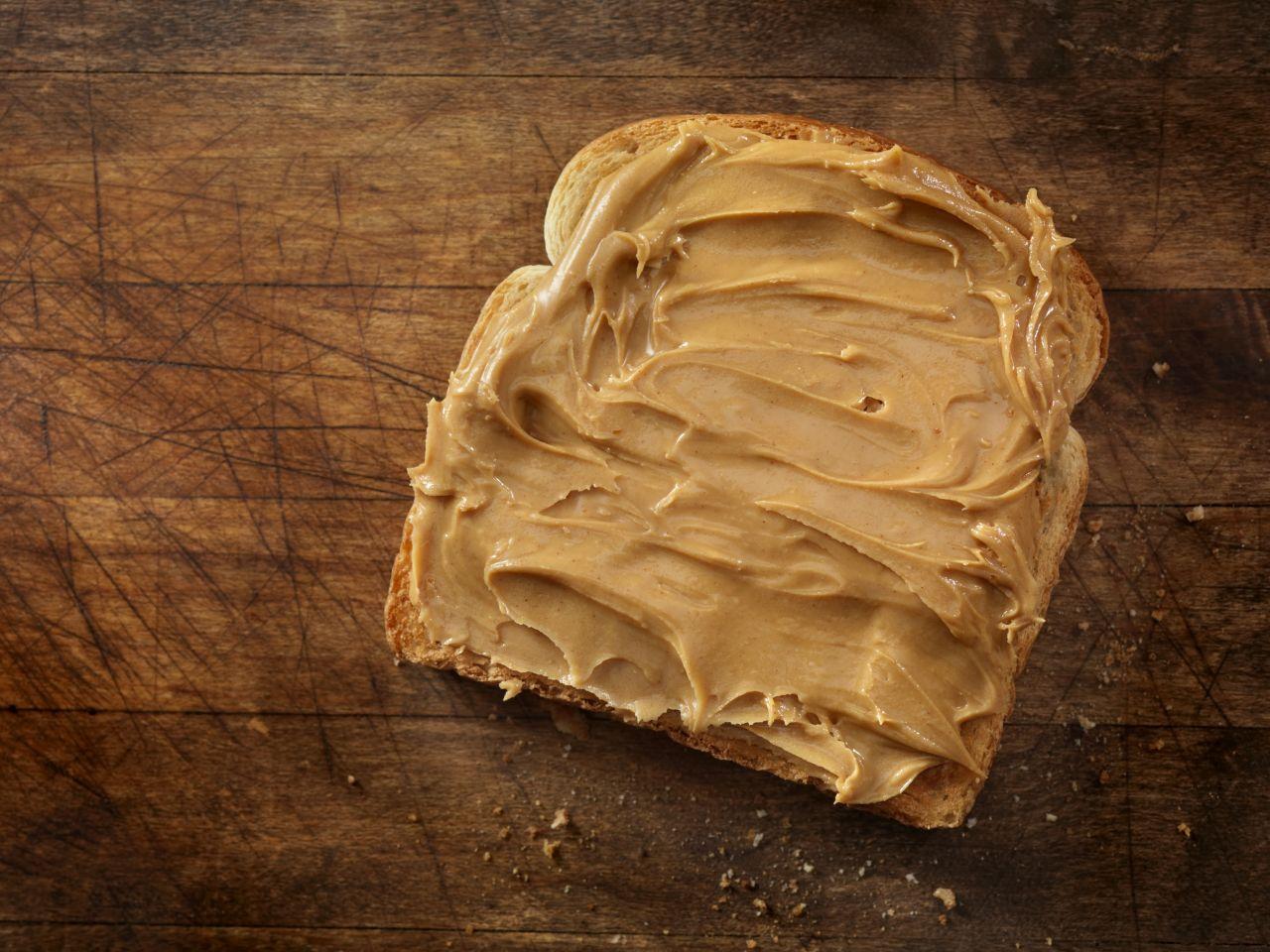 Erdnussbutter auf einem Toastbrot