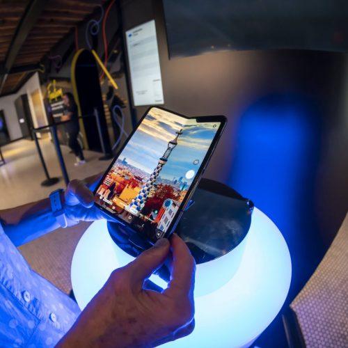 Das Foldable von Samsung wird auf einer Messe präsentiert.