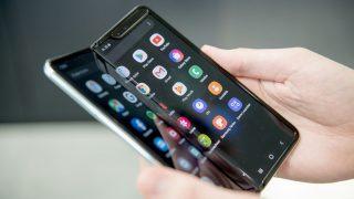 Das Samsung Galaxy Fold 5G liegt halb aufgefaltet in einer Hand.
