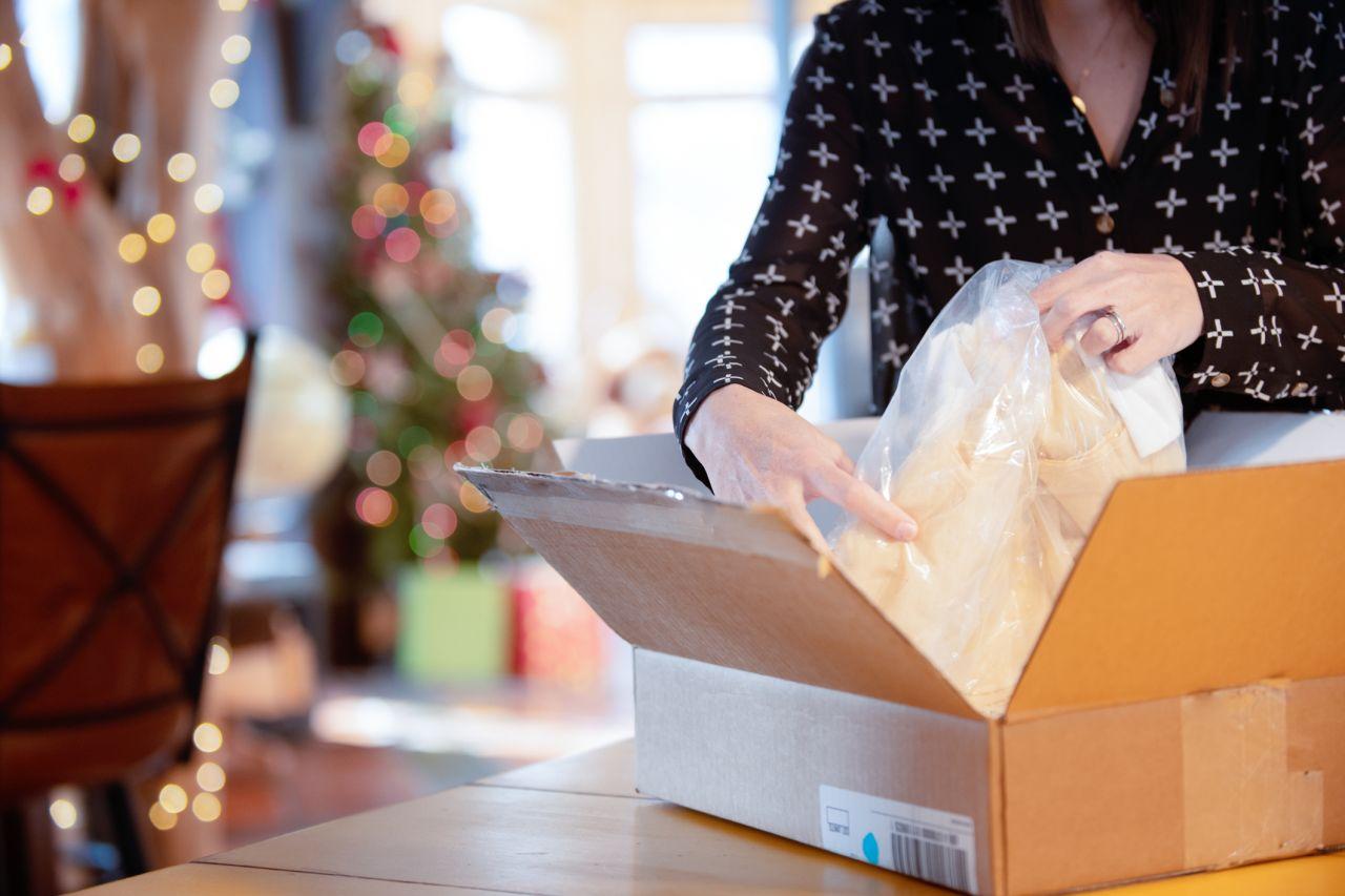 Kleidung wird auf ihrem Weg zum Verbraucher mehrfach umverpackt.