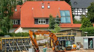 In Flöha/Sachsen wurden Schutzmauern sowie Bohrpfahlstützwände gebaut. Außerdem wurden Dämme und Deiche installiert und eine 29 Hektar große Überschwemmungsfläche errichtet.