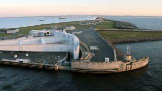 Ein 25 Kilometer langer Damm wurde vor St. Petersburg errichtet. Die Schutzanlage besitzt Öffnungen für Schiffe und Schleusen, die geschlossen werden können.