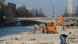 Eine Maßnahme, um das Hochwasserrisiko zu minimieren, ist die natürliche Wasserrückhaltung. Dafür werden Flusslandschaften gefördert oder das Flussbett verbreitert - wie an der Münchner Isar.