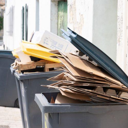 Mülltonnen voller Papiermüll