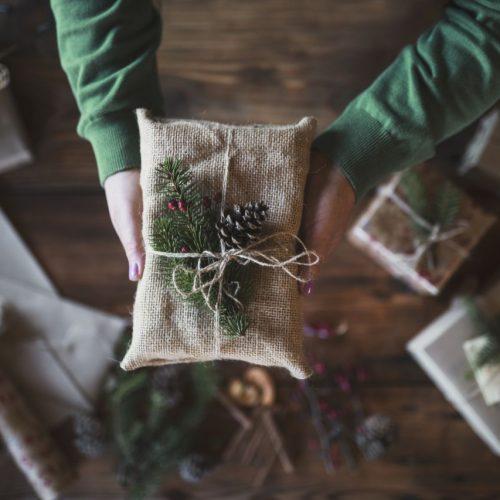 Weihnachtsgeschenk nachhaltig verpackt