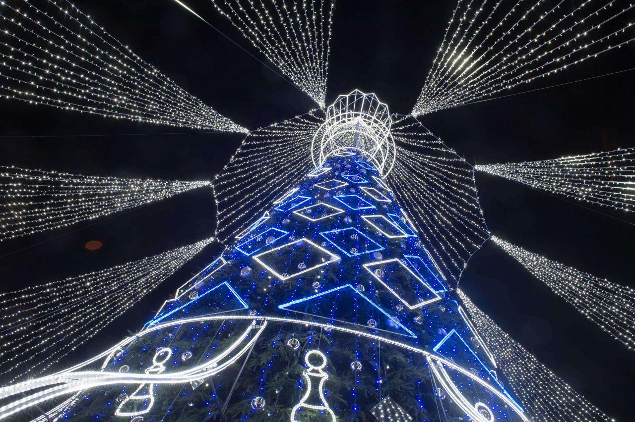 Der Weihnachtsbaum auf dem Kathedralenplatz in Vilnius ist mit einem Schleier aus Lichterketten verziert.