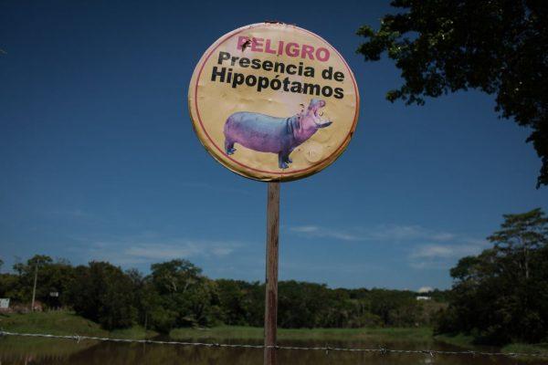 Warnschild: Vorsicht vor den Hippos