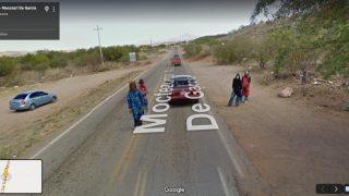 Vier maskierte Männer stehen auf einer mexikanischen Landstraße.