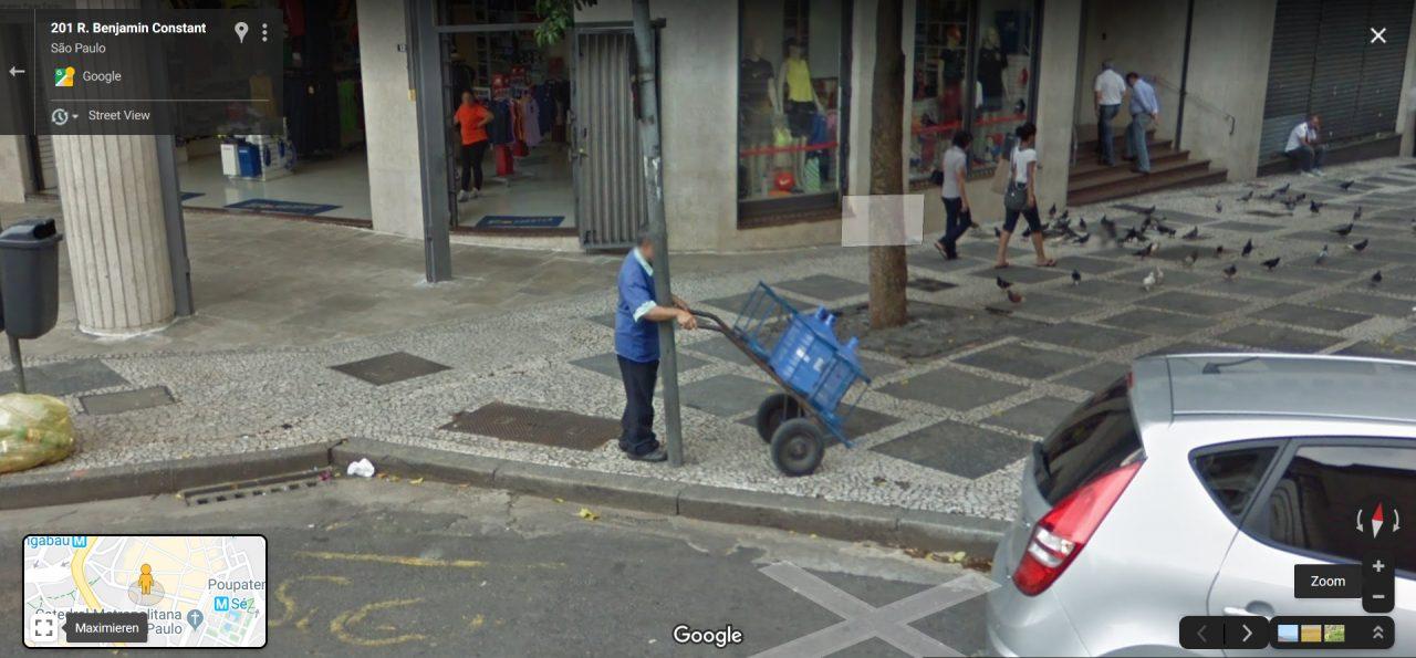 Ein Mann läuft gegen einen Laternenpfahl.