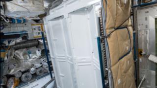 So sieht die aktuelle Toilette auf der ISS aus.