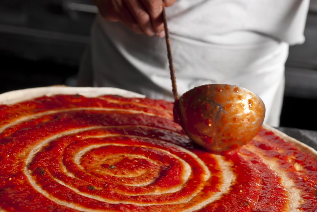 Pizza mit Tomatensoße