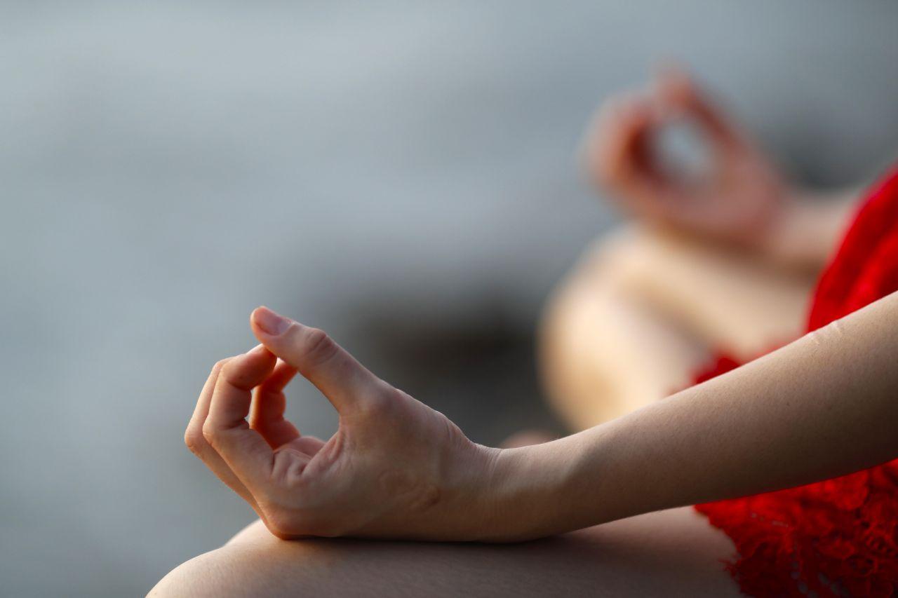 Meditieren hilft, um Schmerzen zu lindern