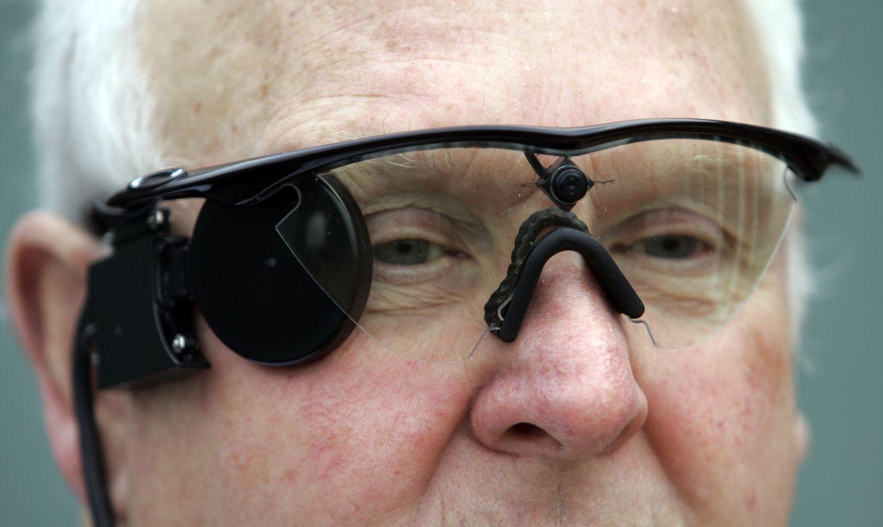 Eine Brille mit einem eingebauten bionischen Auge.