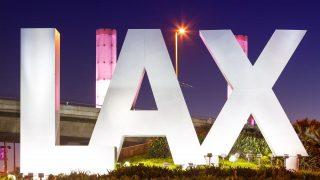 """Der Schriftzug des Airport Los Angeles """"LAX""""."""