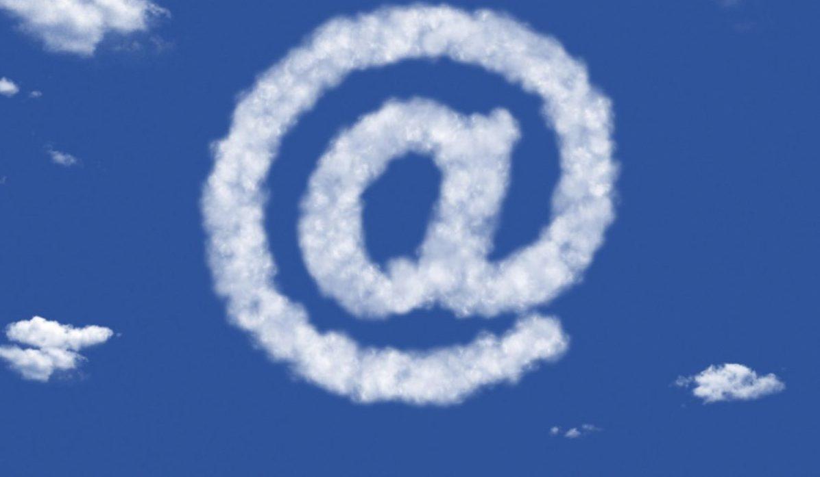 Ein @-Zeichen in der Cloud.