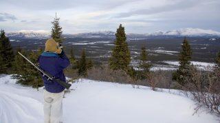 Ein kanadischer Jäger späht auf sein Jagdgebiet.