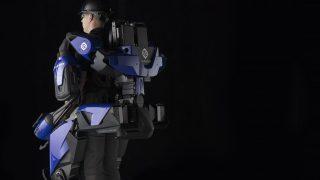 Ein Exoskelett lässt Menschen mit Querschnittslähmung wieder laufen lernen.