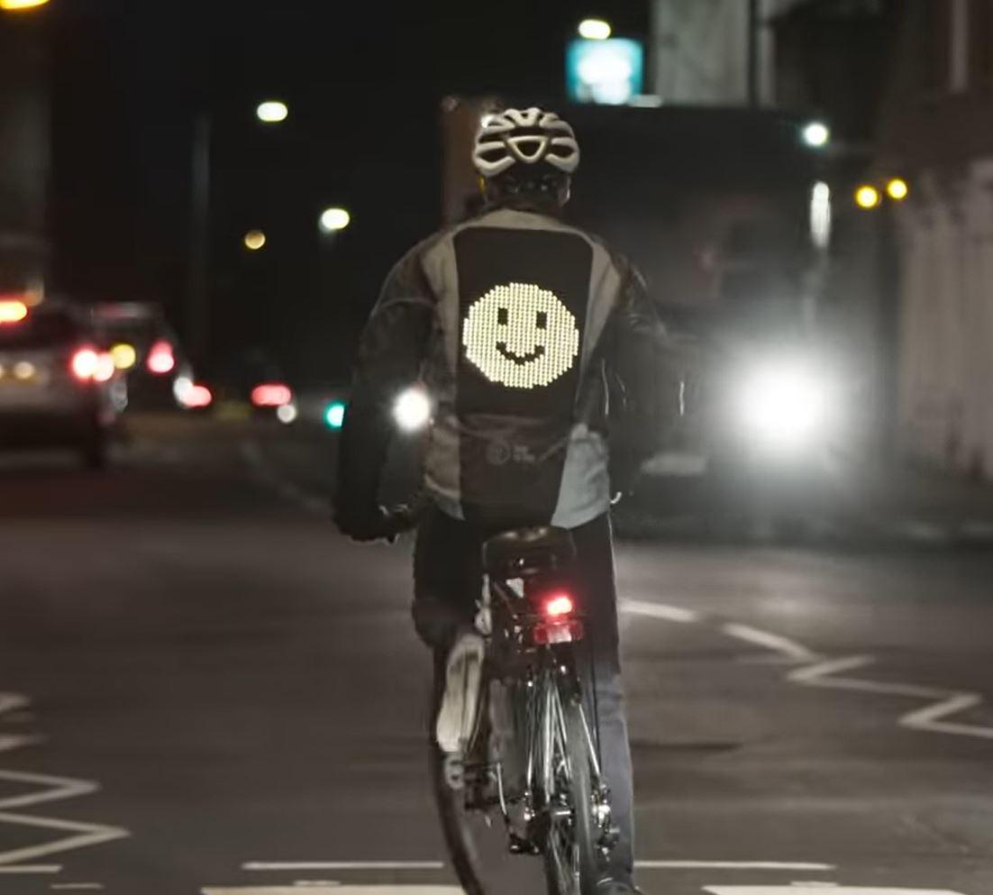 Emoji-Jacke und Co.: Smarte Gadgets schützen dich als Fahrrad-Fahrer
