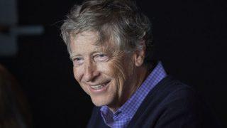 Microsoft-Gründer Bill Gates lacht entspannt.