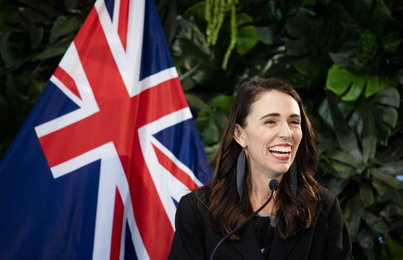 Die Premierministerin Neuseelands Jacinda Ardern vor einer Flagge ihres Landes.