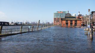 Der Hamburger Fischmarkt steht wegen einer Sturmflut unter Wasser.