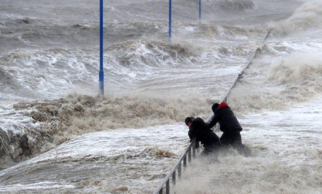 2 Menschen in den Fängen einer Sturmflut