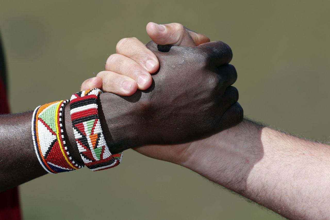 Verbeugen, umarmen, Hände schütteln? So begrüßen sich Menschen weltweit