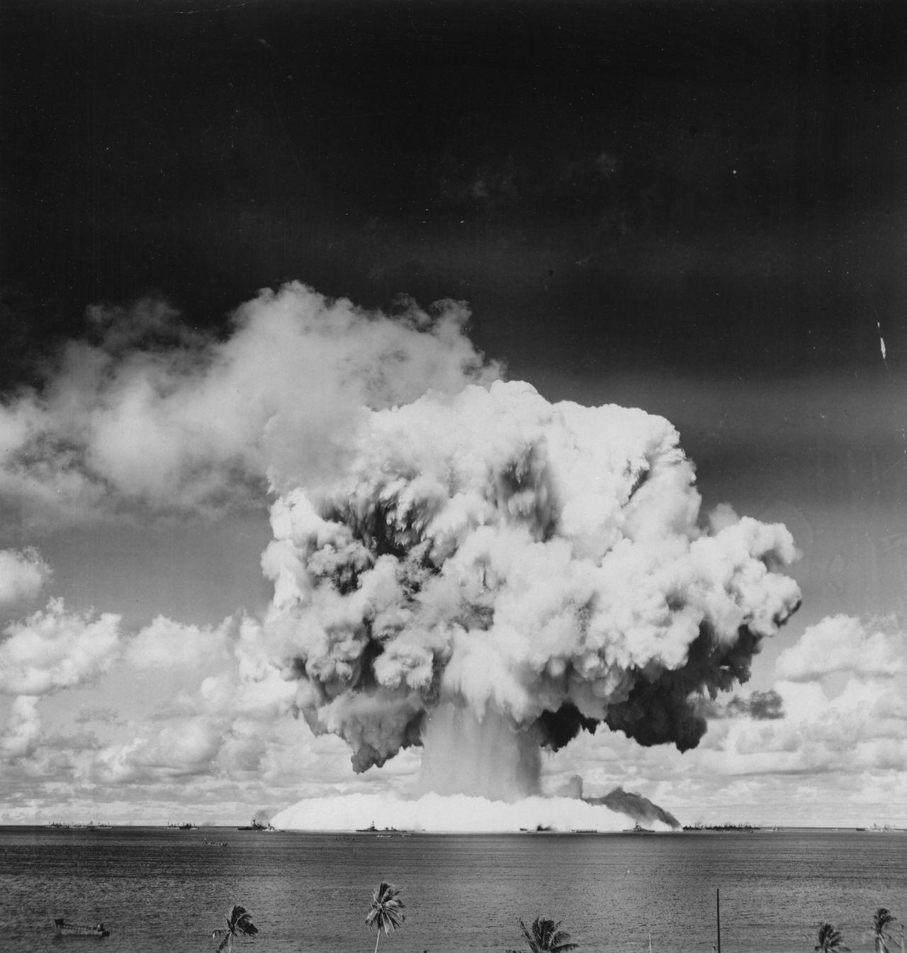 Damit nicht genug: Um Forschungsdaten über die Auswirkung von radioaktiver Strahlung zu sammeln, wurden die Bewohner außerdem als Versuchskaninchen missbraucht.