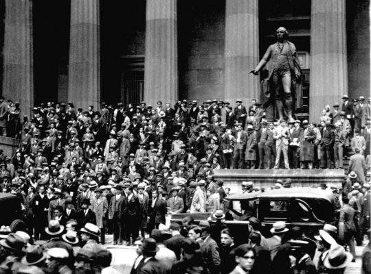 Menschenmassen versammelten sich nach dem Crash an der Wall Street