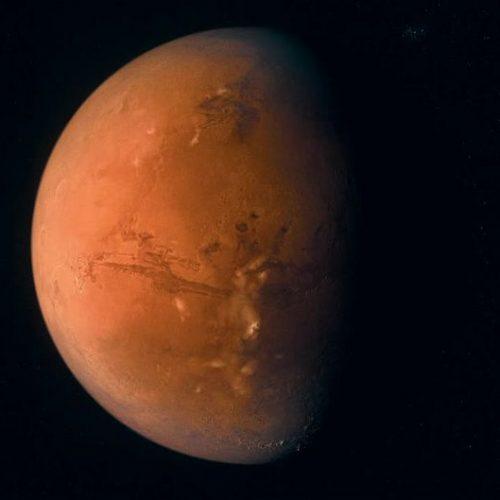Die NASA verkündet, dass sie bereits 2033 zu dem fremden Planeten aufbrechen kann. Doch wie weit ist die Menschheit tatsächlich von der Reise entfernt? Und was könnte den ersten Menschen auf dem roten Planeten passieren?