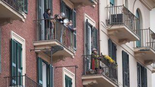 Italiener applaudieren auf ihrem Balkon.