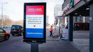 Eine Tafel fordert in Den Haag zum gemeinsamen Applaus für die Pflege auf.