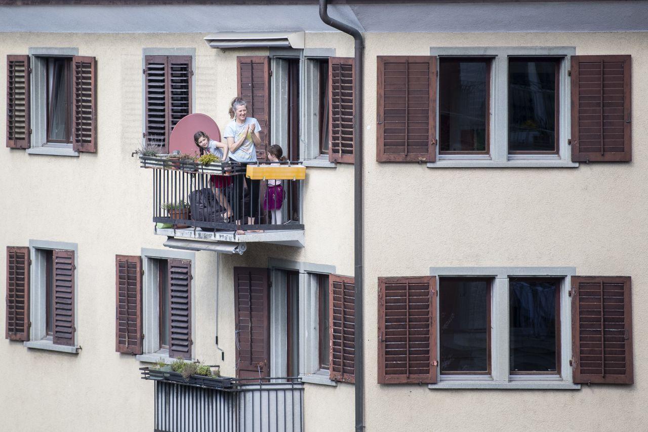 Auch in der Schweiz applaudieren Menschen dem Pflegepersonal.
