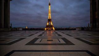 Der Eiffelturm glitzert nachts länger für die Corona-Helden.