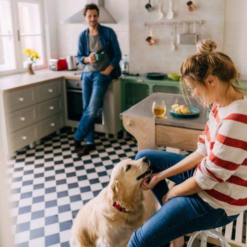Paar mit Hund in der Küche