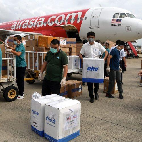 Corona: Hilfgüter aus China kommen in Malaysia an.
