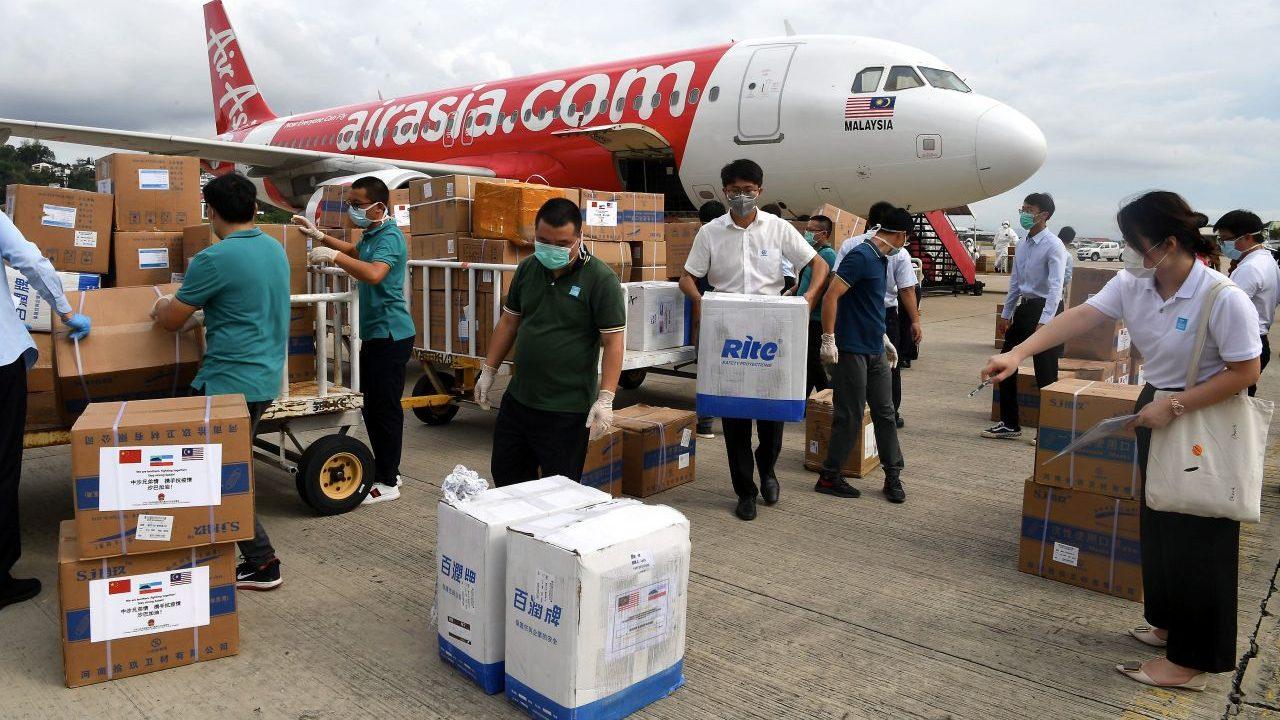 Corona: Hilfgüter aus China kommen in Malaysia an