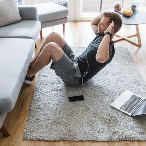 Mann trainiert zu Hause