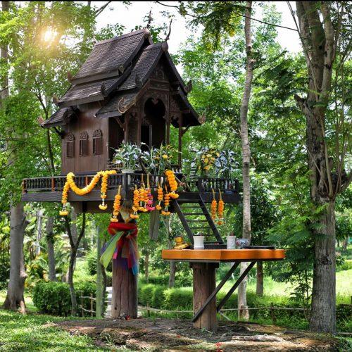 So sehen die Häuser in Thailand aus - nur eben in groß. Wer wohnt dann in dem kleinen Haus? Der Hausgeist. Wer friedlich leben will, muss sich mit ihm gutstellen - am besten mit Snacks und kleinen Geschenken.
