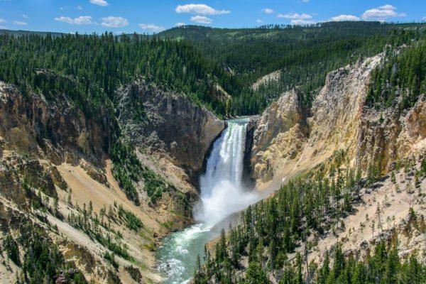 Die Lower Falls im Yellowstone-Nationalpark sind höher als die Niagarafälle.
