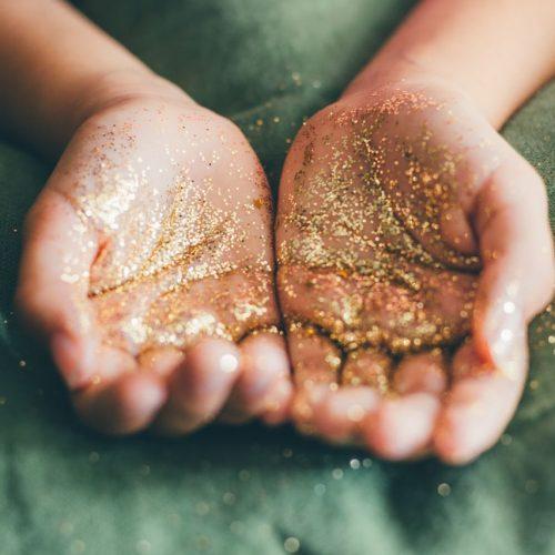 Glitter an Händen