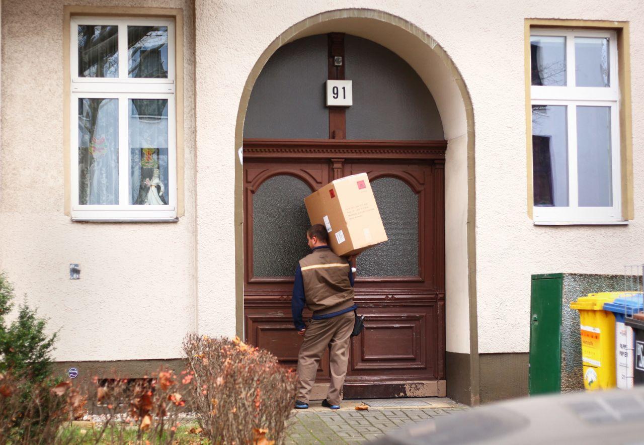 Ein Postbote vor der Tür.